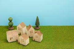 Дома на зеленой траве над голубым небом Стоковое Фото