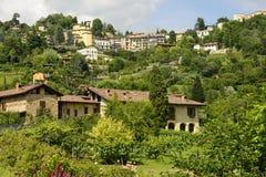 Дома на зеленом холме и районе Borgo Canale, Бергаме Стоковое Изображение