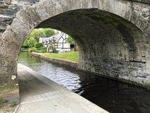 Дома на канале окаймляются увиденный из-под моста Стоковая Фотография
