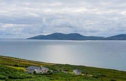 Дома на кольце побережья Ирландского атлантическом Керри стоковая фотография rf