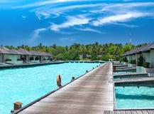 Дома на кучах на море. Ландшафт Maldives.tropical в солнечном дне стоковые изображения rf