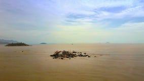Дома на малом острове среди моря Брайна под взглядом верхушки неба акции видеоматериалы