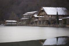 Дома на ноге над замороженным озером горы Стоковые Фотографии RF