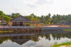 Дома на озере стоковые фотографии rf