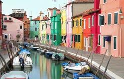 дома на острове Burano в Венеции в Италии с sligh шлюпок Стоковые Фото