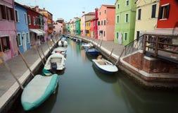 Дома на острове Burano в Венеции с шлюпками немножко Стоковое Изображение