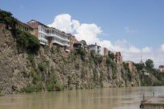 Дома на скале на реке Kura, Тбилиси, Georgia Стоковые Изображения