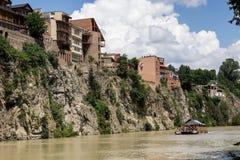 Дома на скале на реке Kura, Тбилиси, Georgia Стоковые Фотографии RF