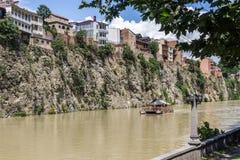 Дома на скале на реке Kura, Тбилиси, Georgia Стоковые Изображения RF