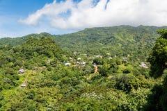 Дома на сочных зеленых холмах Гренады Стоковые Фотографии RF