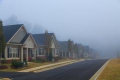 Дома на туманный день стоковая фотография