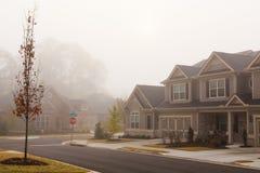 Дома на туманный день стоковое изображение