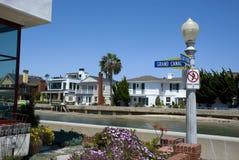 Дома на улице грандиозного канала на пляж острове бальбоа, Ньюпорте - Калифорния Стоковые Фото