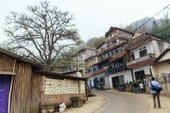 Дома на холме и деревья при турист идя на главную дорогу города в PA лето Sa, Вьетнама Стоковые Фото