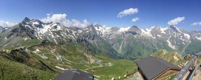 Дома на холме смотря на красивый ландшафт Стоковые Изображения RF