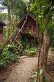 Дома на ходулях в дождевом лесе святилища Khao Sok, Таиланда Стоковое Фото