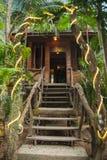Дома на ходулях в дождевом лесе святилища Khao Sok, Thail Стоковое Изображение
