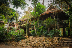 Дома на ходулях в дождевом лесе святилища Khao Sok, Thail Стоковое Фото