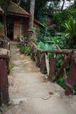 Дома на ходулях в дождевом лесе святилища Khao Sok, Thail Стоковое Изображение RF