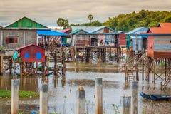Дома на ходулях на плавая деревне Kampong Phluk, Tonle Стоковые Изображения