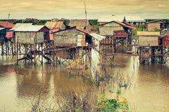 Дома на ходулях на плавая деревне Kampong Phluk, Tonle Стоковые Фото