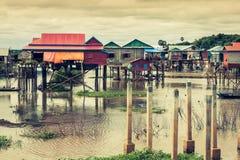 Дома на ходулях на плавая деревне Kampong Phluk, Tonle Стоковое Фото