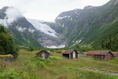 Дома около снежных гор Стоковое фото RF