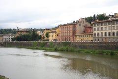 Дома около Ponte Vecchio в Флоренсе, Италии Стоковая Фотография