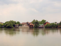 Дома отражая в реке Стоковые Изображения RF