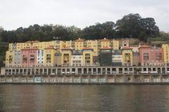 Дома покрашенные португалкой рядом с водой стоковое изображение