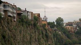 Дома построенные на крае скалы в Тбилиси, Georgia, опасности стихийного бедствия, риске видеоматериал