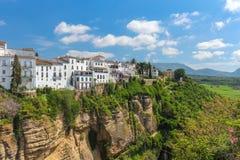 Дома построенные на скалах красивого города Ronda, взгляда от Ne стоковые фотографии rf