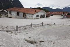 Дома под вулканическими пеплами в Chaiten. Стоковая Фотография