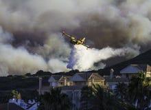дома приближают к лесному пожару Стоковые Изображения