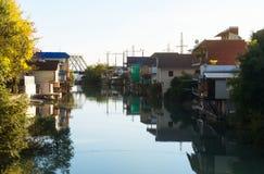 Дома приближают к реке Стоковое Фото