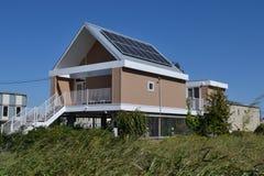 Дома расквартировывая дом с панелями солнечных батарей Стоковые Фото