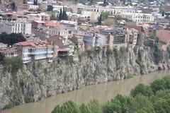 Дома скалы обозревая Mtkvari Реку Kura, Тбилиси Стоковое фото RF