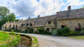 Дома строки Арлингтона в деревне Bibury, Англии Стоковые Фотографии RF