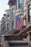 Дома строки Brownstone с флагом в парке склоняют, Бруклин стоковые изображения rf