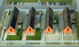 Дома с панелями солнечных батарей Стоковая Фотография RF