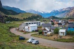 Дома с припаркованными автомобилями в горах Стоковая Фотография