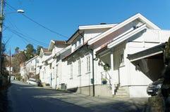 Дома улицы белые деревянные, Норвегия Стоковое фото RF