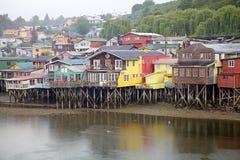 Дома ходулей на Castro, острове Chiloe, Чили стоковая фотография