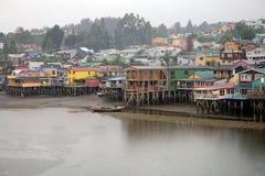 Дома ходулей на Castro, острове Chiloe, Чили стоковые изображения rf