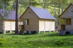 Дома для туристов от дерева в древесине в лете Стоковые Изображения
