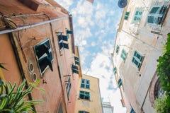 Дома Cinque Terre, смотря вверх Стоковые Изображения RF