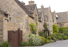 Дома Cotswolds английского языка с цветя садами лета Стоковые Изображения