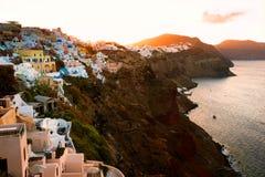 Дома Cycladic вдоль скалы Oia, Santorini, Греции Стоковые Фото