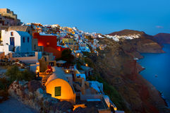 Дома Cycladic вдоль скалы Oia, Santorini, Греции Стоковое фото RF