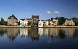 дома namur Бельгии отразили реку Стоковое фото RF